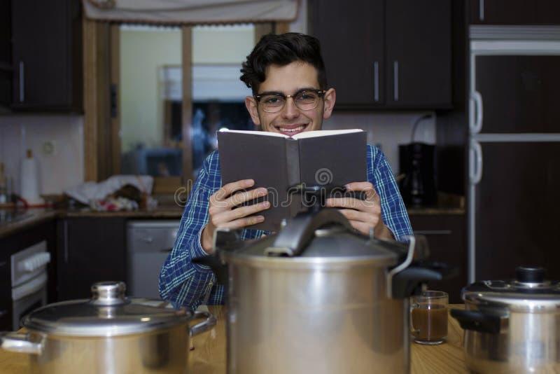Aprendizaje cocinar con el libro de cocina fotografía de archivo