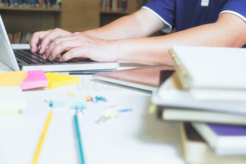 Aprendizaje de la educación o fondo en línea de la idea del concepto imagen de archivo