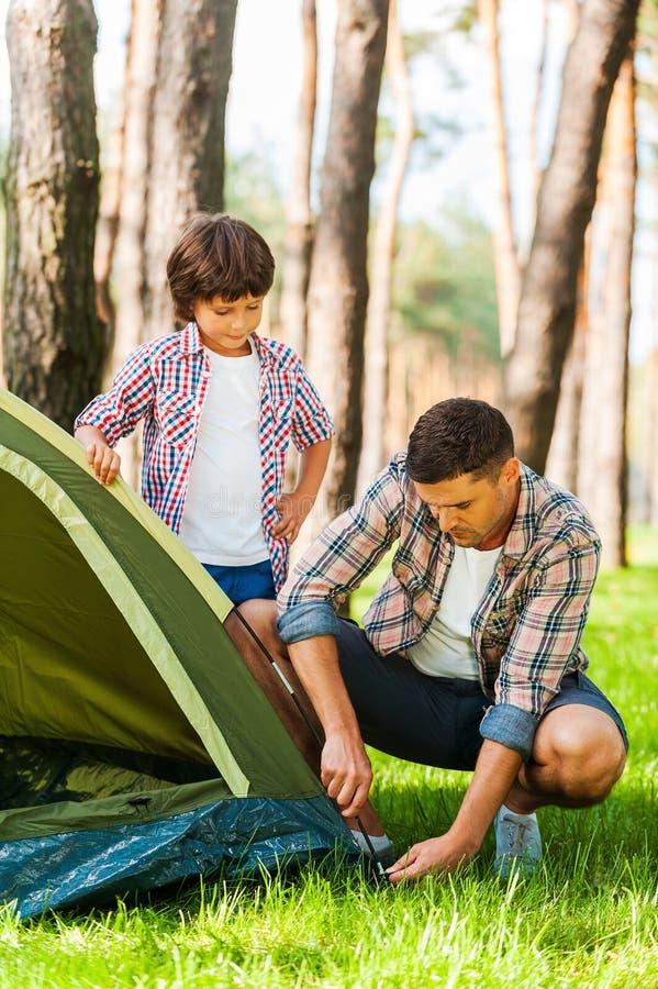 Aprendizaje de los fundamentos de acampar fotos de archivo