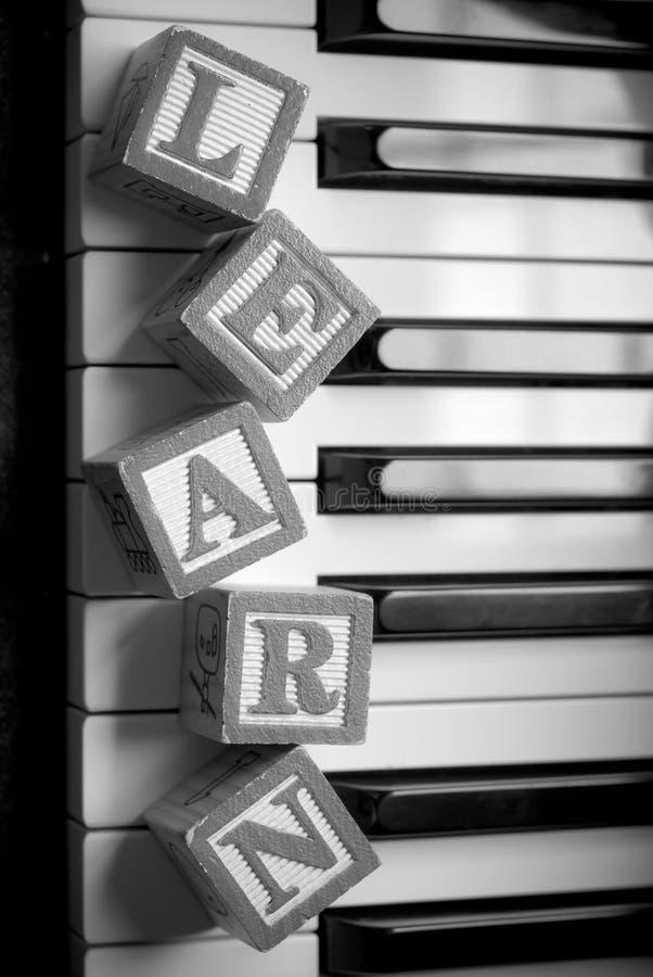 Aprendizaje del piano foto de archivo libre de regalías