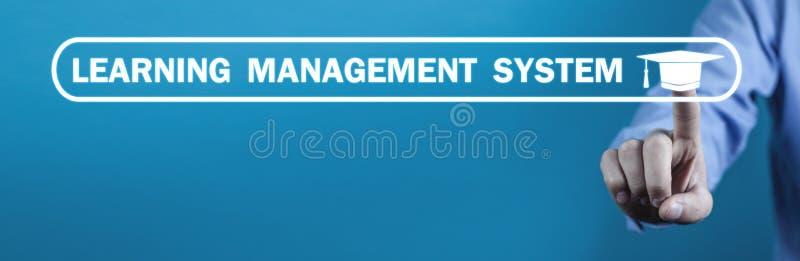 Aprendizaje del sistema de gestión con el casquillo de la graduación imagen de archivo libre de regalías