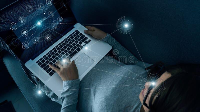 Aprendizaje electrónico con la mujer abstracta que usa un ordenador portátil en casa en interfaz digital Educación, innovación, i fotos de archivo