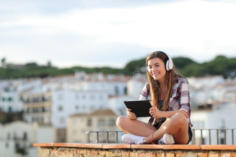 Aprendizaje electrónico del adolescente que mira la cámara fotografía de archivo libre de regalías