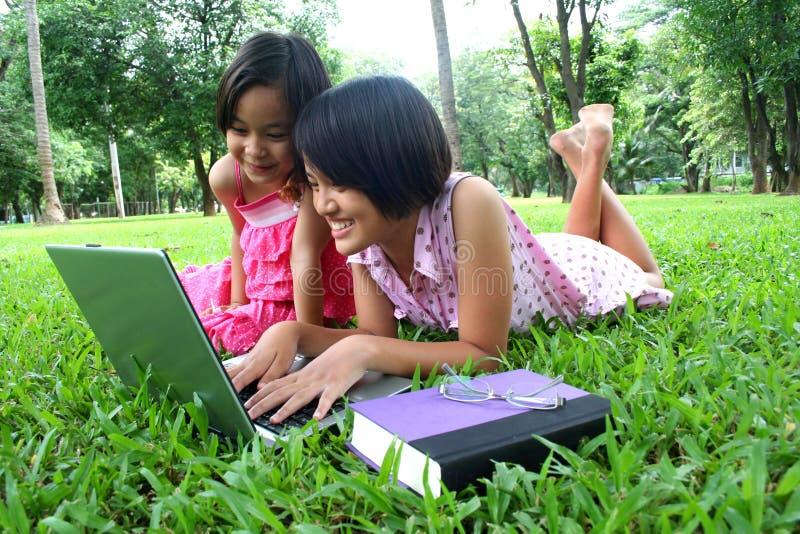Aprendizaje en el parque 3 imágenes de archivo libres de regalías
