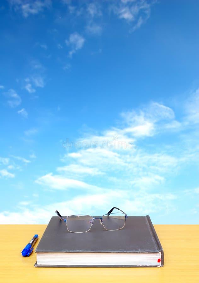 Aprendizaje en el sol foto de archivo libre de regalías
