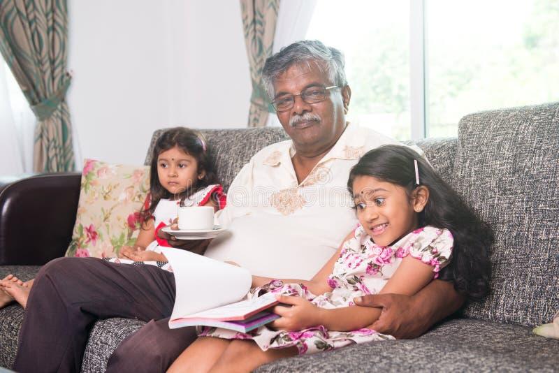 Aprendizaje indio del abuelo fotos de archivo