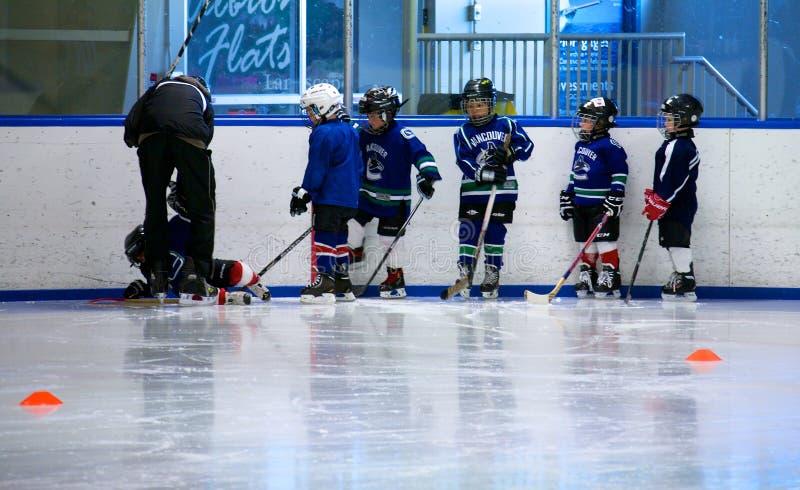 Aprendizaje jugar a hockey foto de archivo libre de regalías