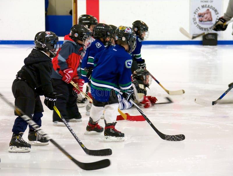 Aprendizaje jugar a hockey fotografía de archivo