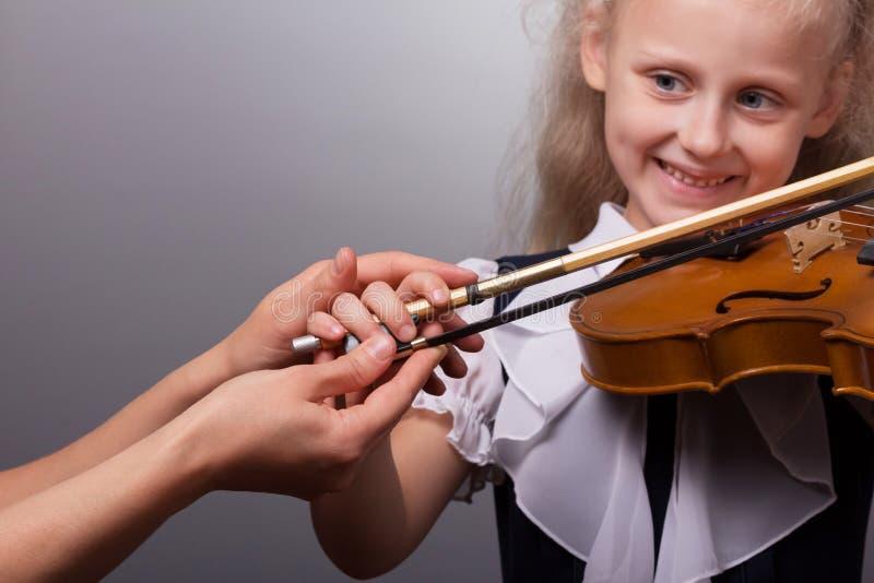 Aprendizaje jugar Muchacha sonriente en la lección imagen de archivo