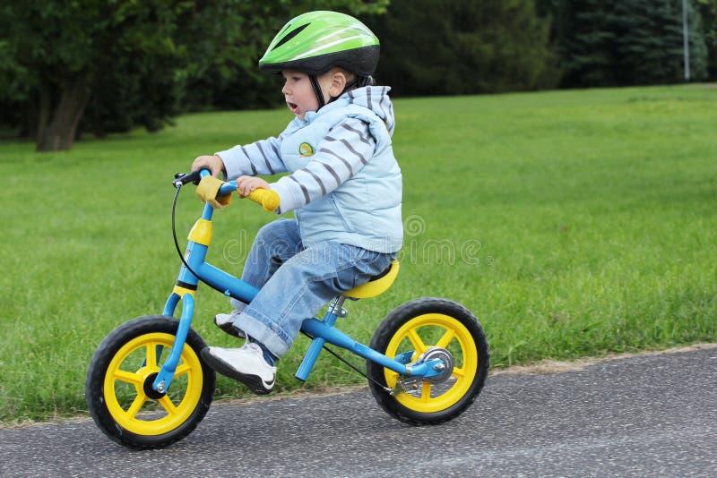 Aprendizaje montar en una primera bici fotografía de archivo