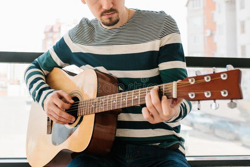 Aprendizaje tocar la guitarra foto de archivo libre de regalías