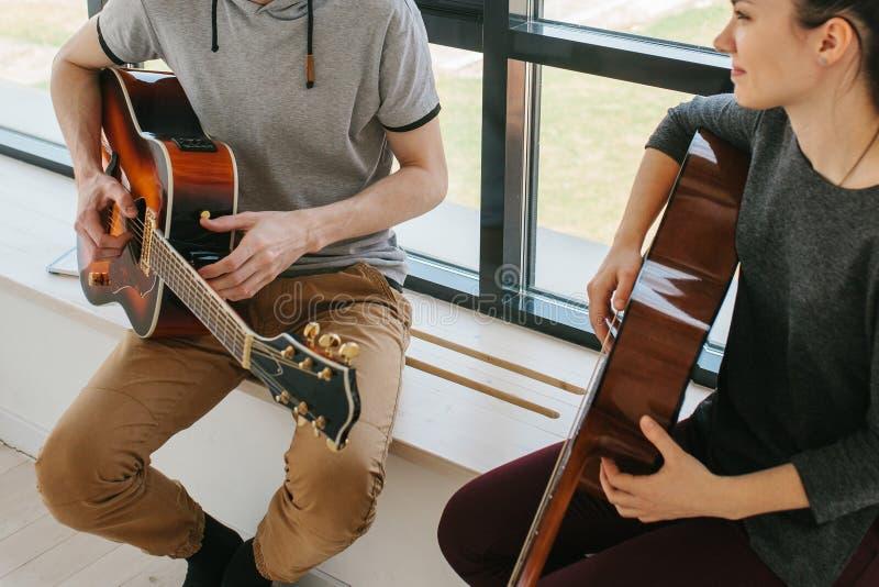 Aprendizaje tocar la guitarra fotos de archivo