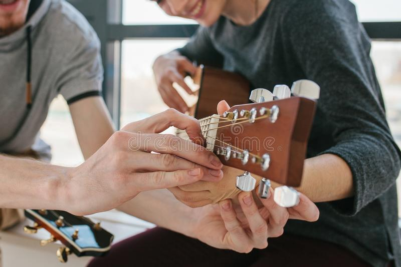 Aprendizaje tocar la guitarra imagen de archivo