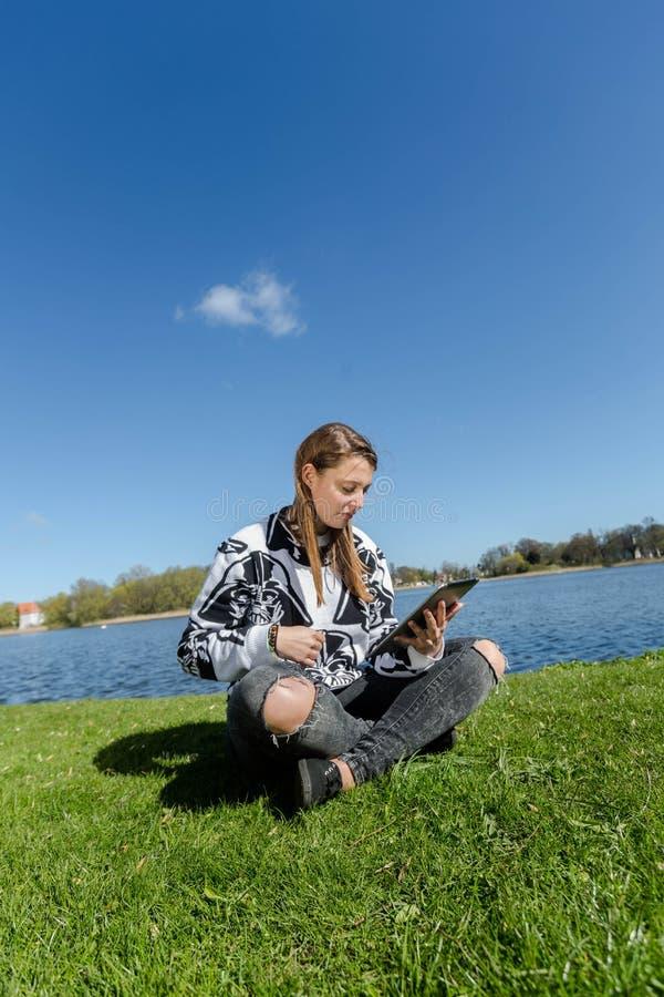 Aprendizaje y trabajo con la tableta foto de archivo libre de regalías