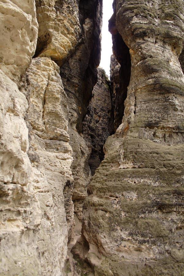 Aprendosi fra le pareti della montagna della roccia fotografie stock