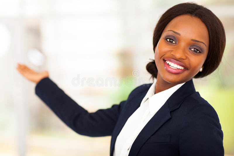 Apresentação africana da mulher de negócios fotografia de stock royalty free