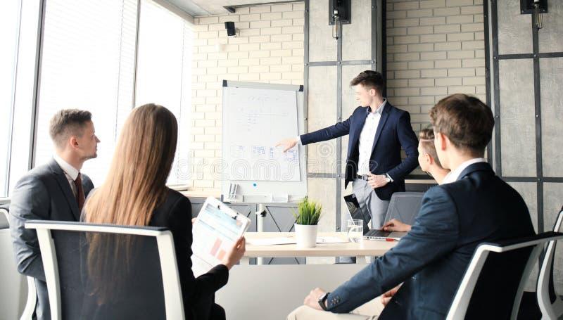 Apresentação da conferência de negócio com o escritório do flipchart do treinamento da equipe fotografia de stock