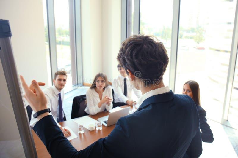 Apresentação da conferência de negócio com o escritório do flipchart do treinamento da equipe imagens de stock
