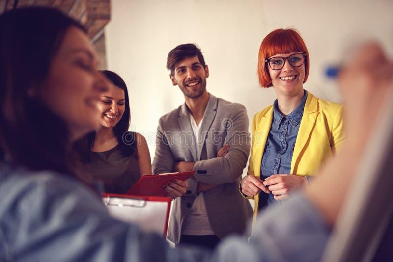 Apresentação da reunião de negócios em colegas do whiteboard sobre a aleta foto de stock