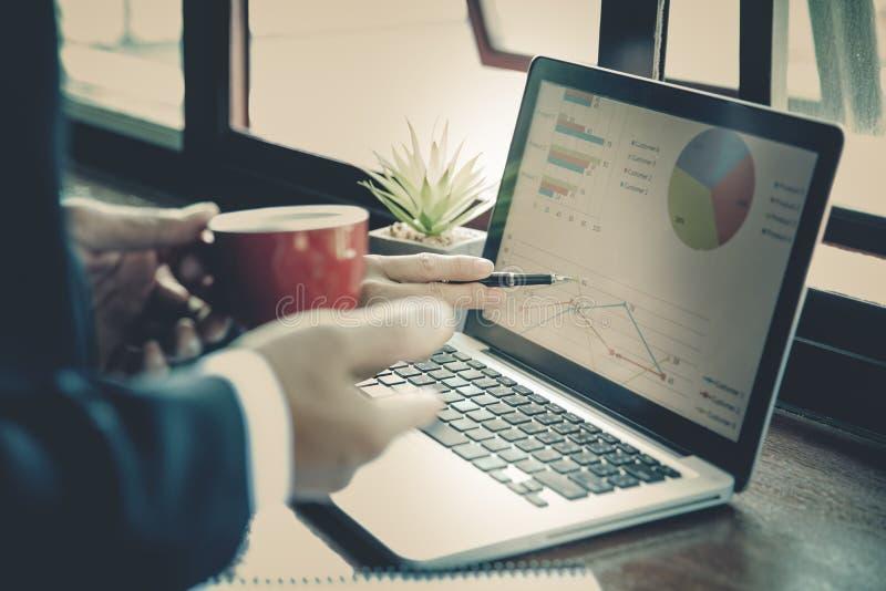 Apresentação da reunião de negócios da equipe, executivos que discutem as cartas e os gráficos que mostram os resultados do seu b foto de stock