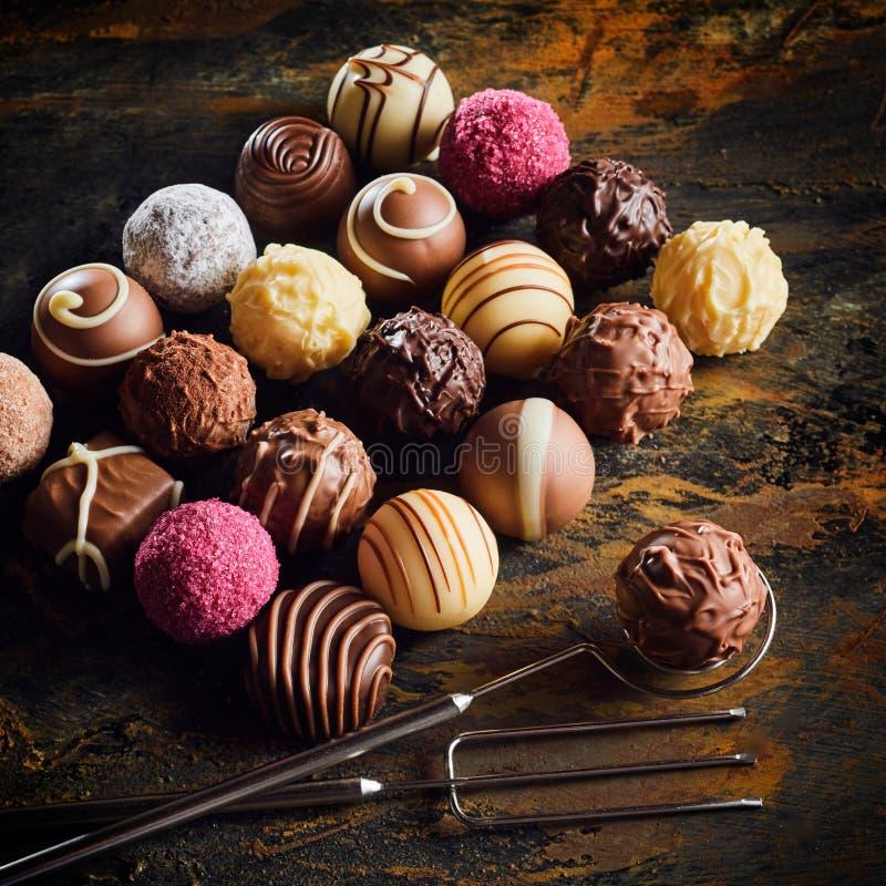 Apresentação de bombons feitos a mão luxuosos do chocolate imagem de stock