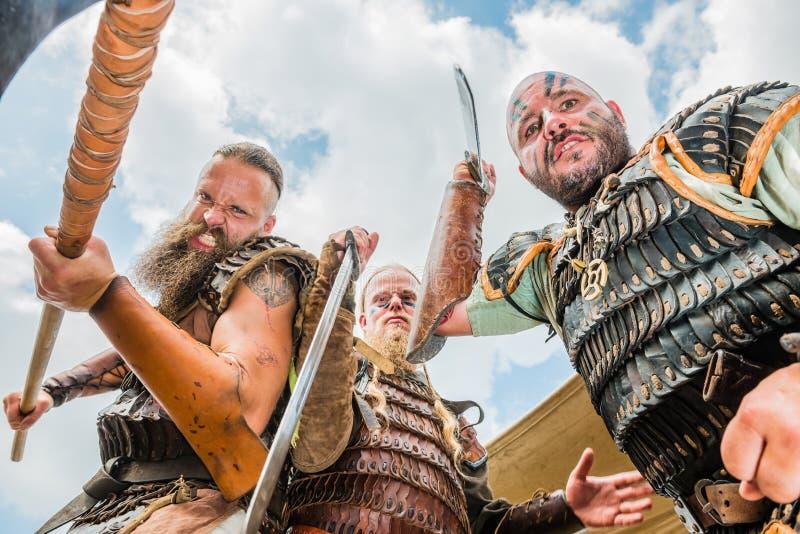 Apresentação de exércitos e de eslavos de Viking antes da batalha principal o fotografia de stock