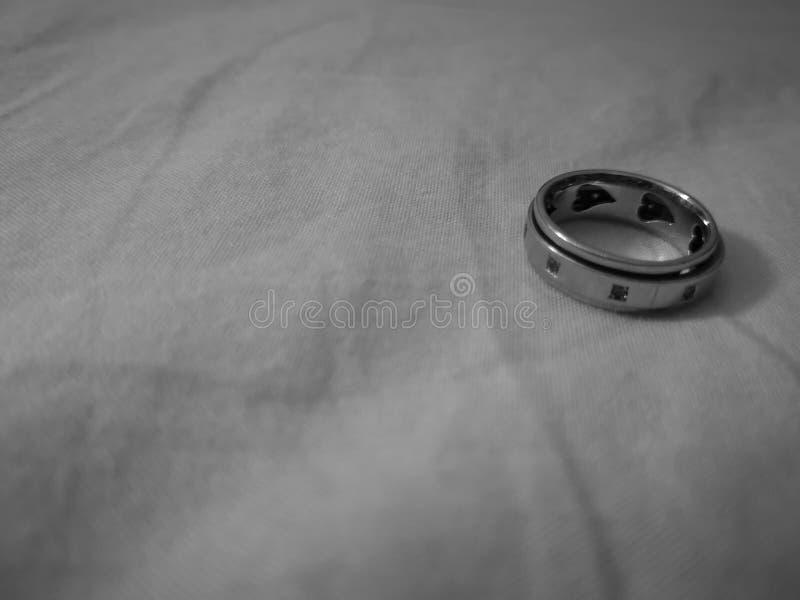 A apresentação do anel de um par estiver no amor quando o coração dois para transformar-se um imagens de stock