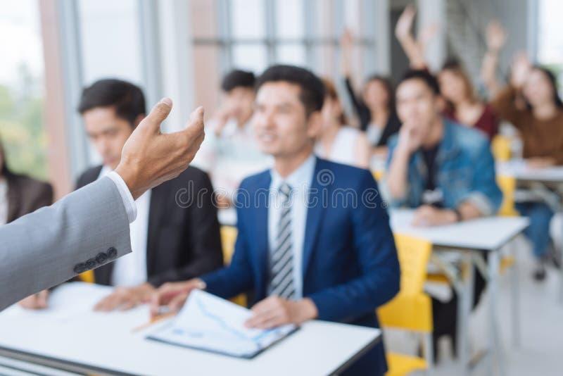 Apresentação do homem de negócios em uma sala de reunião da conferência imagens de stock