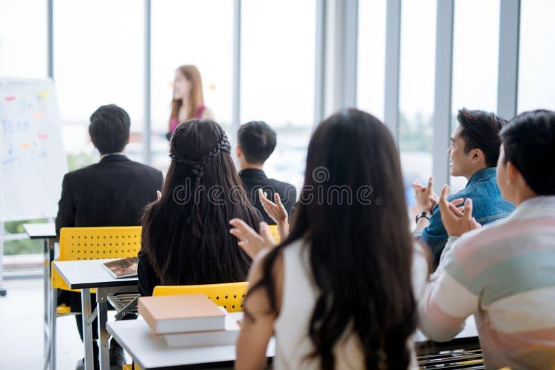 Apresentação do homem de negócios em uma sala de reunião da conferência e em uma audiência do conferente imagem de stock royalty free