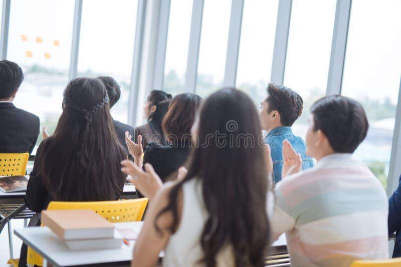 Apresentação do homem de negócios em uma sala de reunião da conferência e em uma audiência do conferente foto de stock