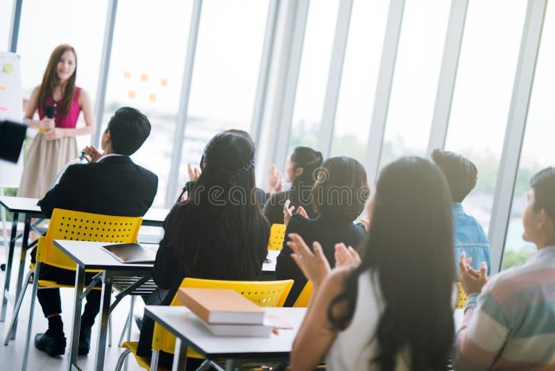 Apresentação do homem de negócios em uma sala de reunião da conferência e em uma audiência do conferente imagem de stock
