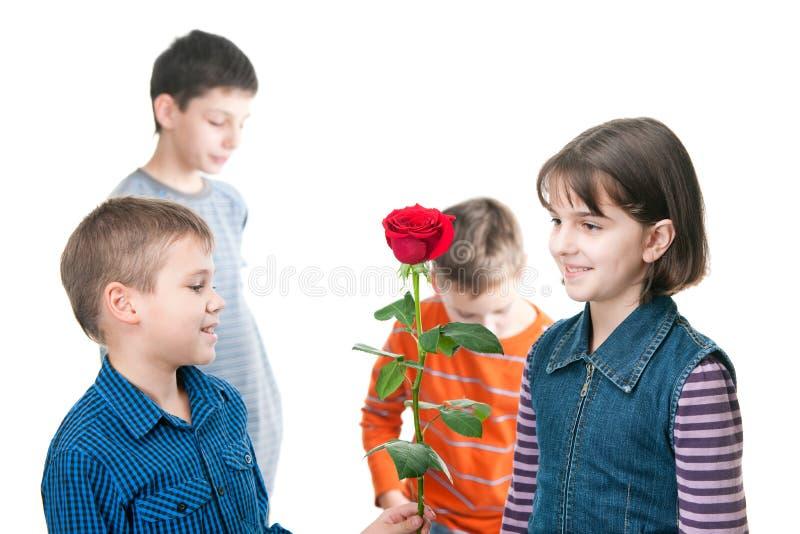 A apresentação do menino levantou-se à menina foto de stock royalty free