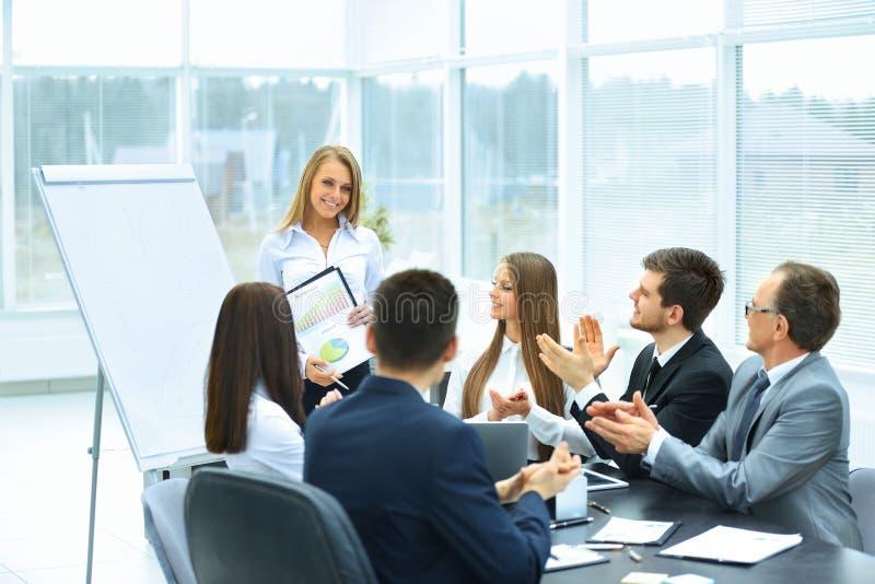 Apresentação do negócio no escritório moderno imagens de stock