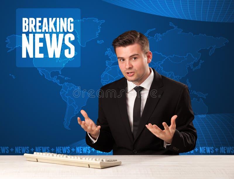 Apresentador da televisão em notícias de última hora dizendo dianteiras com mo azul foto de stock