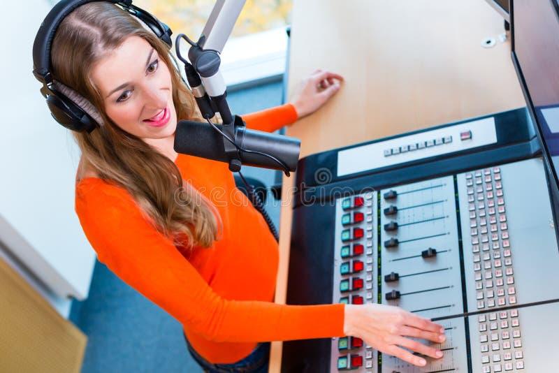 Apresentador de rádio fêmea na estação de rádio no ar imagens de stock