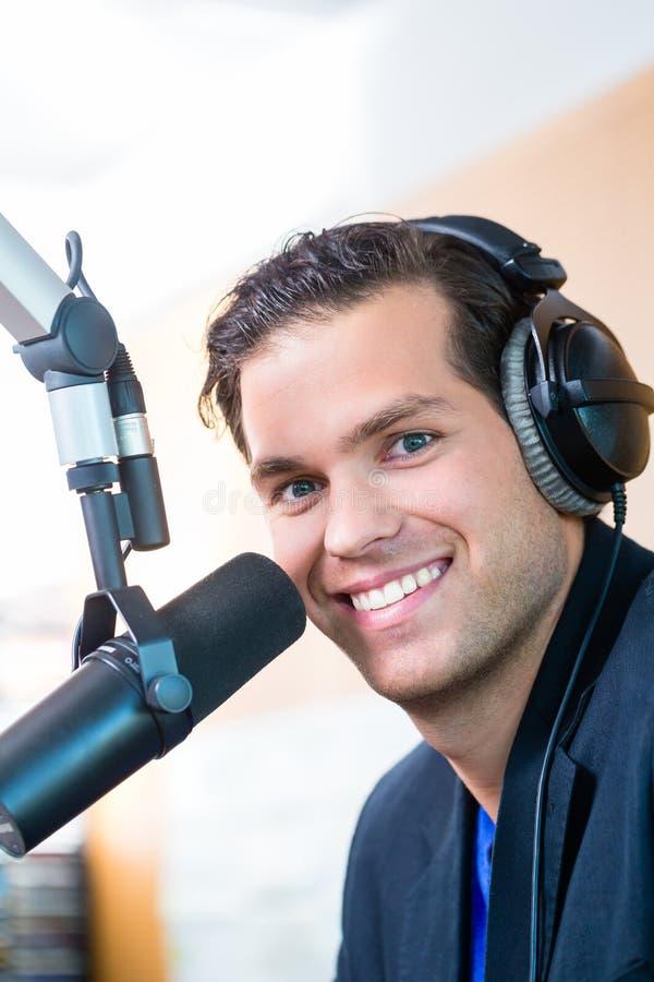 Apresentador de rádio na estação de rádio no ar imagem de stock