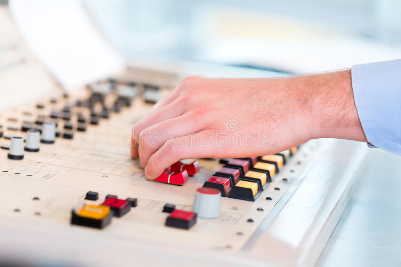 Apresentador de rádio na estação de rádio no ar foto de stock royalty free