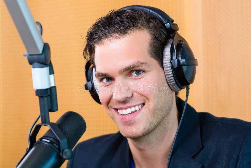 Apresentador de rádio na estação de rádio no ar foto de stock