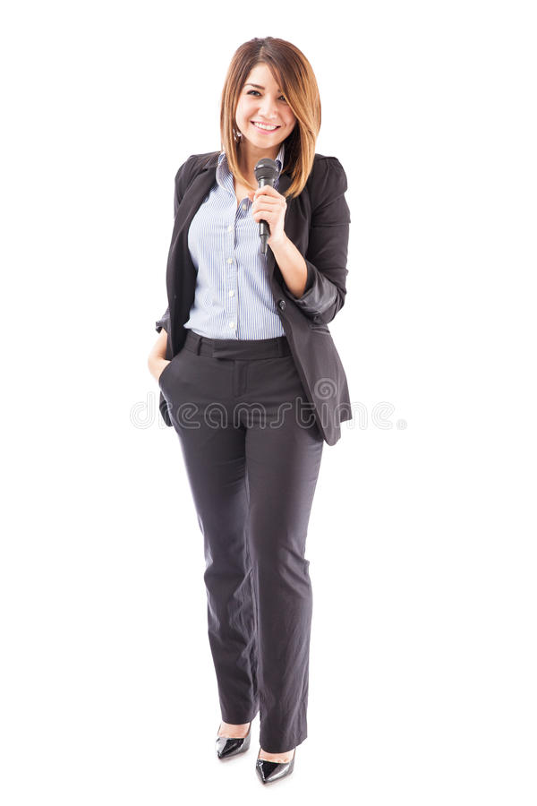 Apresentador fêmea bem sucedido com microfone fotos de stock
