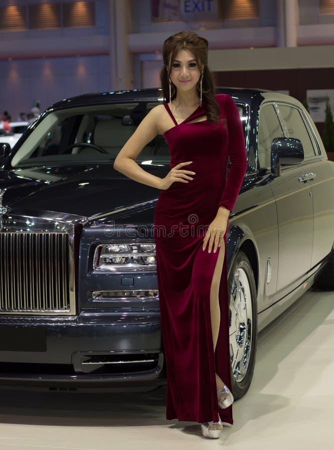 Apresentador fêmea não identificado de Rolls royce foto de stock royalty free