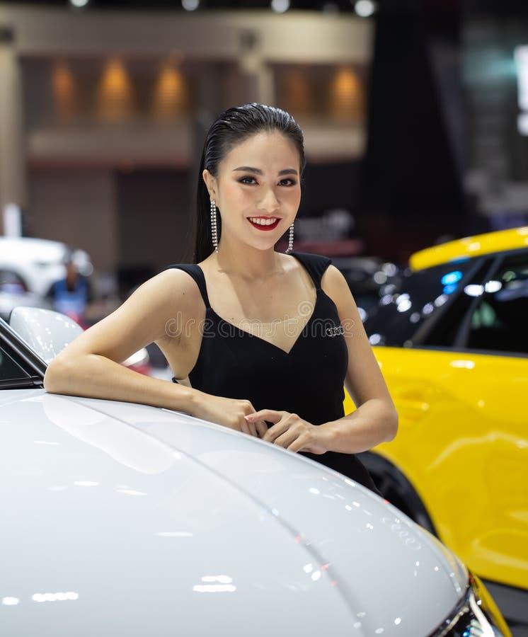 Apresentador fêmea não identificado na cabine de Audi imagens de stock royalty free