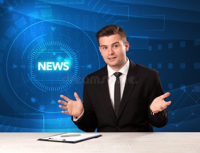 Apresentador moderno do televison que diz a notícia com backg do tehnology imagens de stock