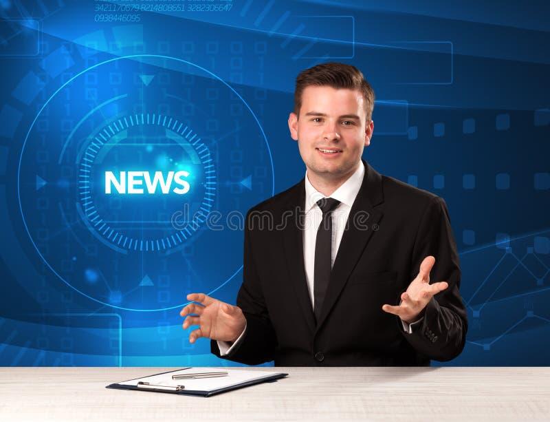 Apresentador moderno do televison que diz a notícia com backg do tehnology foto de stock royalty free