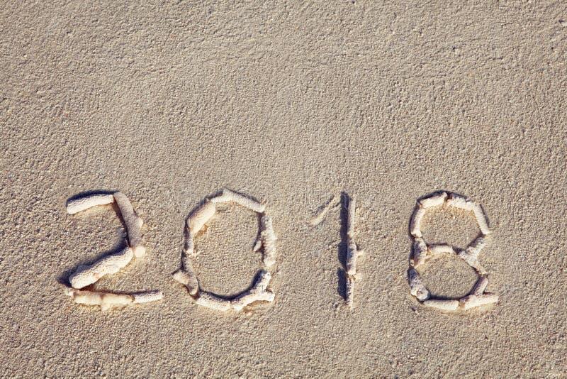 2018 apresentados por conchas do mar no litoral imagens de stock