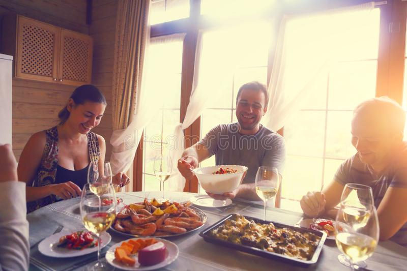 Apresente com vinho branco, camar?es, salada e graten fotos de stock