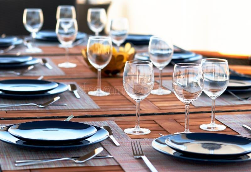 Apresente o ajuste com vidros de vinho, cutelaria e placas imagens de stock royalty free
