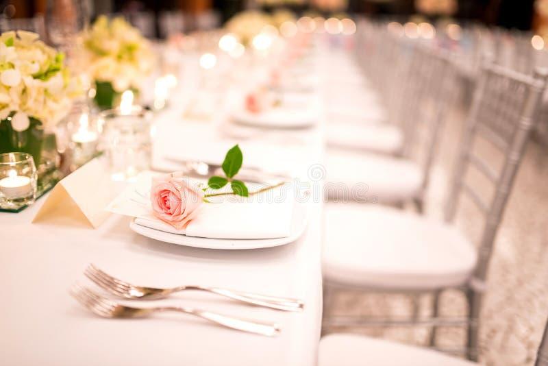Apresente o ajuste em um casamento luxuoso e em umas flores bonitas imagem de stock
