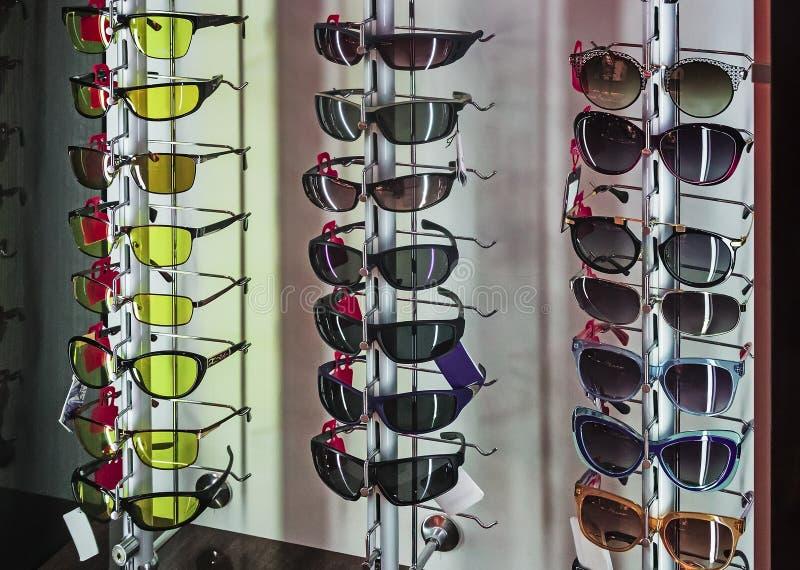 Apresente uma variedade de óculos de sol imagens de stock royalty free