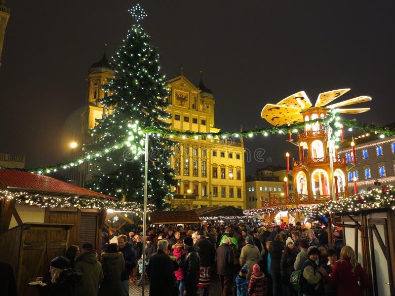 Apressando-se o mercado bávaro do Natal na noite fotos de stock royalty free