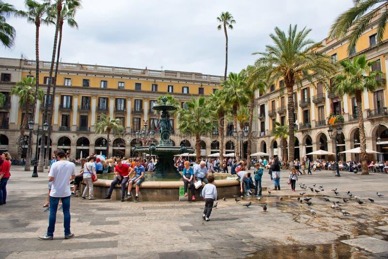 Apressando-se Placa Reial, Barcelona, Espanha imagens de stock